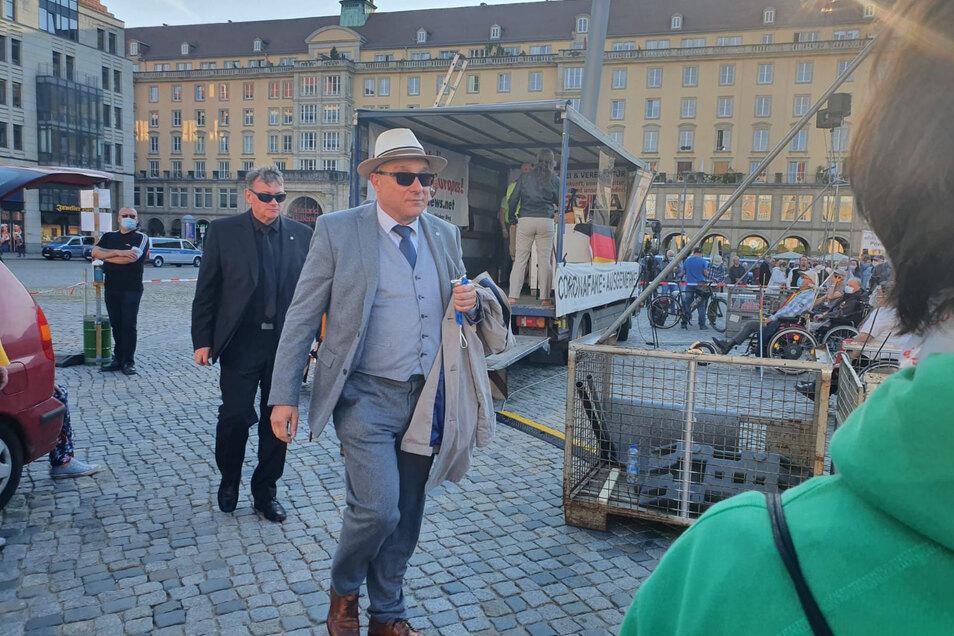 Mit Sommerhut und Sonnenbrille - der Dresdner AfD-Bundestagsabgeordnete Jens Maier hat auf der Pegida-Bühne den Rauswurf von Andreas Kalbitz kritisiert.