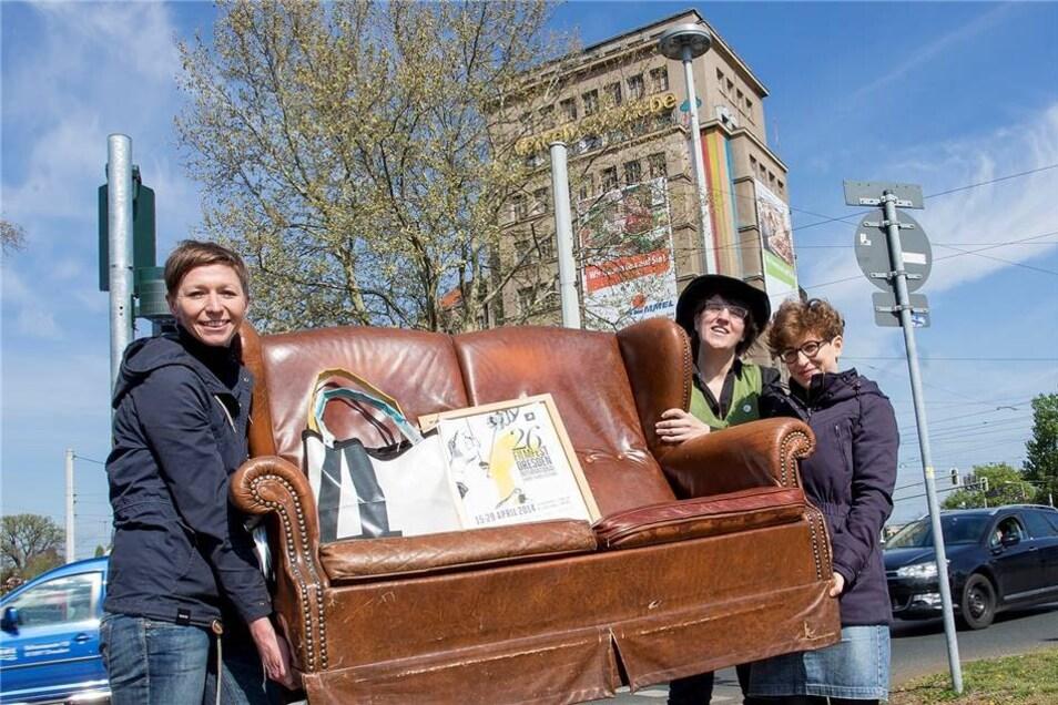 Die Filmfest Macher Katrin Küchler (l.), Karolin Kramheller und Alexandra Schmidt (r.) zogen mit einem Filmfest-Sofa schon eine Woche vor Ostern zum Hochhaus.