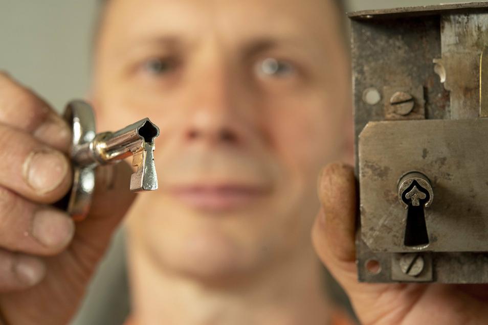 Wahre Handwerkskunst: Feinmechanikermeister Roberto Weigel hat diesen Schlüssel in Pik-Form gefertigt für ein spätbarockes Schrankschloss auf Wilhelmshöhe in Kassel.
