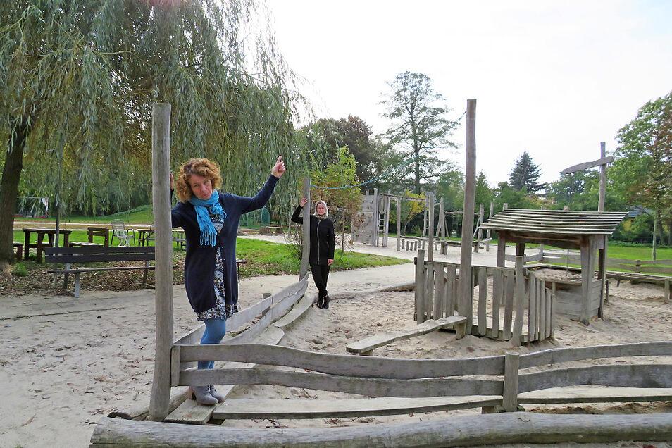 Kita-Leiterin Katrin Kutrucz (vorn) und Stellvertreterin Kati Ide sind enttäuscht und traurig: Diesem Elbe-Elster-Schlepper wurde das Sonnensegel gestohlen.