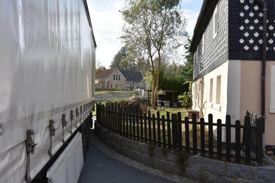Es geht nicht vor und nicht zurück: Der in Polen zugelassene Laster hat sich in Kunnersdorf bei Bernstadt in eine enge Straße verfahren. Fotos: Danilo Dittrich