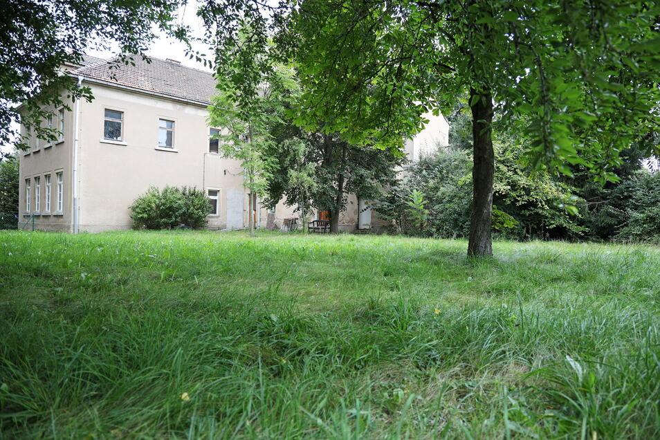 Auf der Rückseite ist genug Platz für einen Schulhof, der auch ziemlich grün bleiben soll.