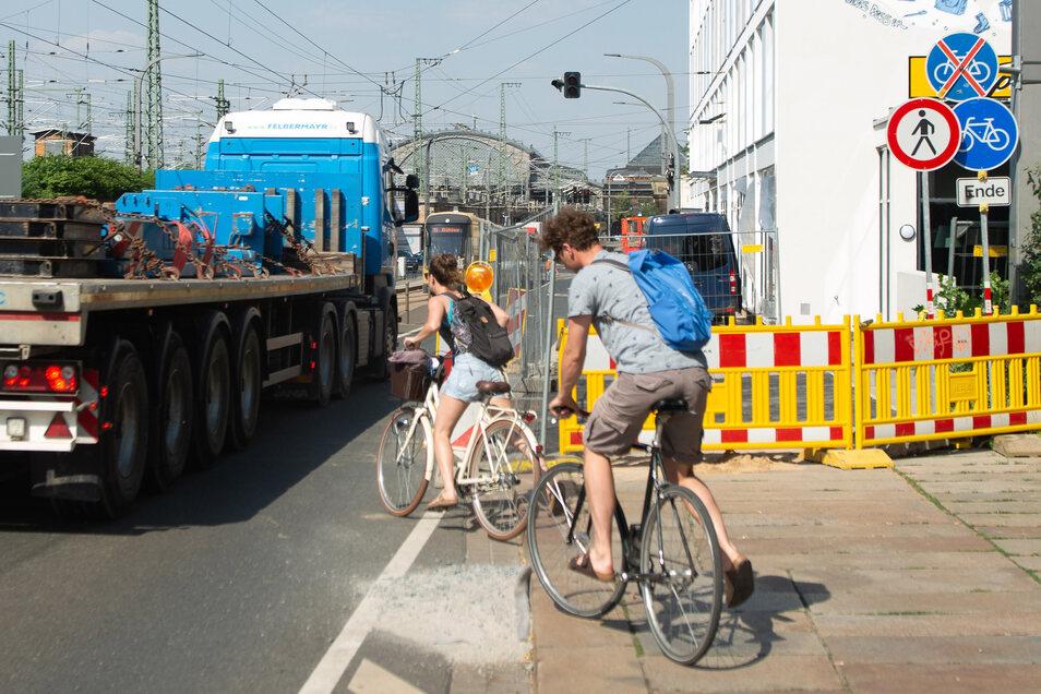 Nicht ungefährlich: Radfahrer und Fußgänger müssen auf der Antonstraße wegen einer Baustelle in der Autoverkehr ausweichen.