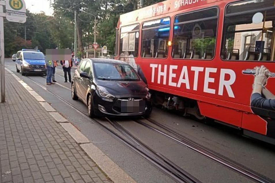 An Straßenbahn und Auto entstand erheblicher Schaden.