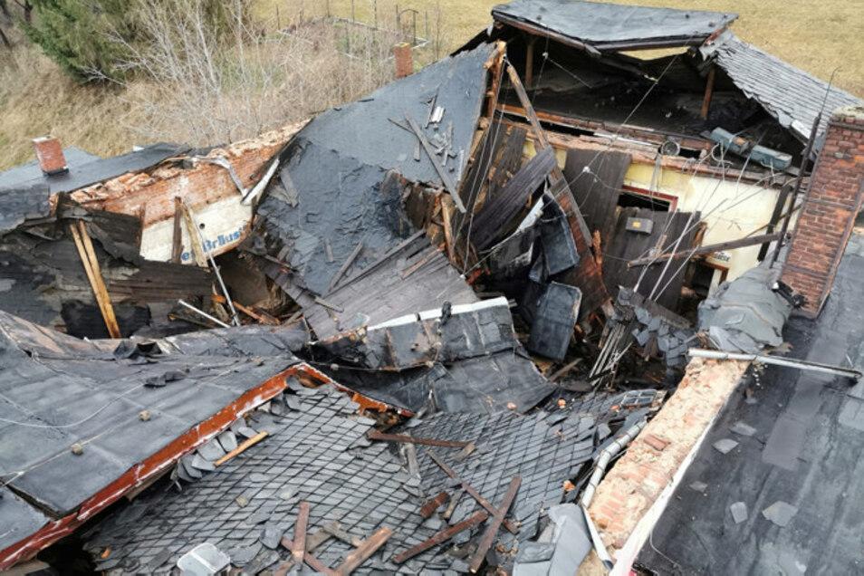 Das eingestürzte Dach von oben.
