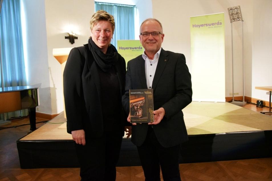 Kerstin Noack, die Leiterin von Schloss & Stadtmuseum Hoyerswerda, und Oberbürgermeister Stefan Skora mit dem neuesten Hoyerswerdaer Geschichtsheft.