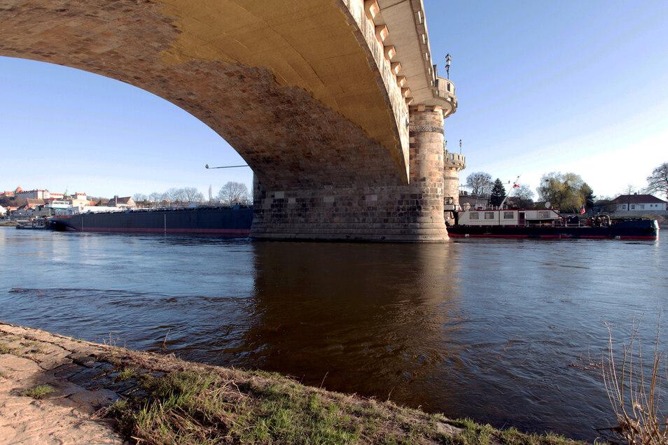 """Hier """"zwängt"""" sich der 110 Meter lange Riesen-Schiffstorso eines künftigen Chemietankers unter Pirnas historischer Stadtbrücke hindurch."""