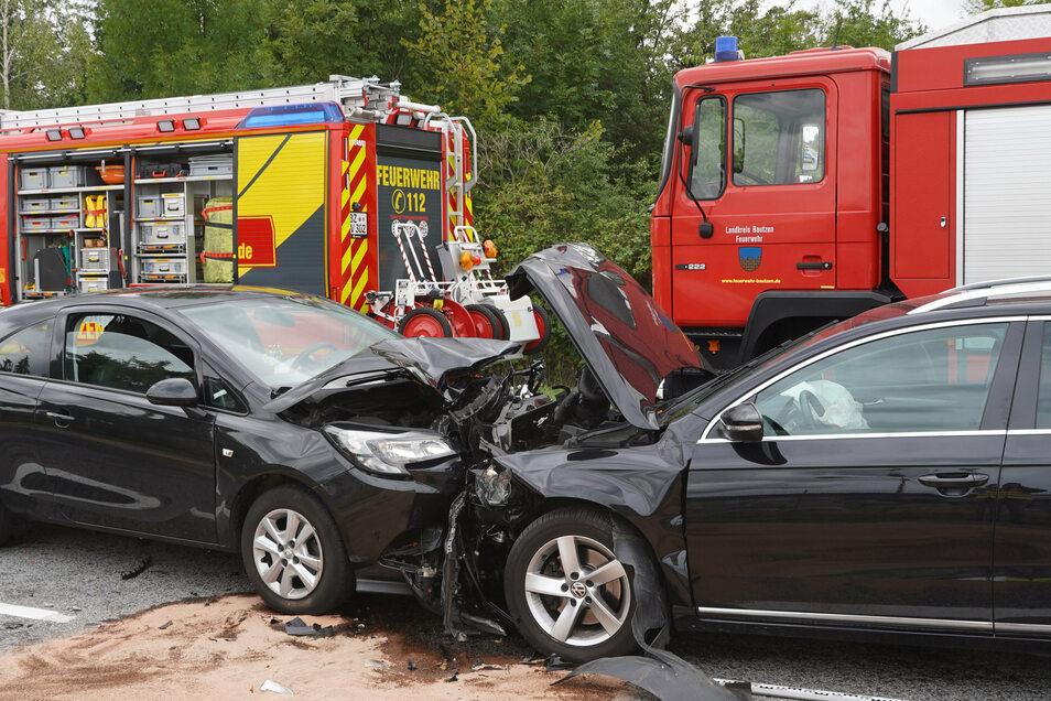 Ein VW Passat ist am Donnerstagnachmittag in Bautzen frontal gegen einen Opel Corsa geprallt.