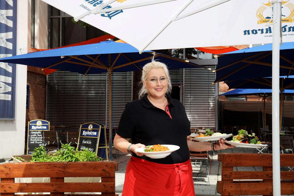 """Gloria Neumann serviert auf der Terrasse des Restaurants """"Makkaroni"""" Mittagessen. Ab Donnerstag darf auch drinnen gespeist werden."""