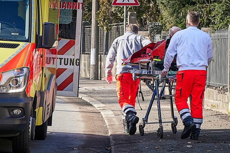Die Bewohner der Brand-Wohnung sowie eine Ersthelferin kommen vorsorglich ins Krankenhaus.
