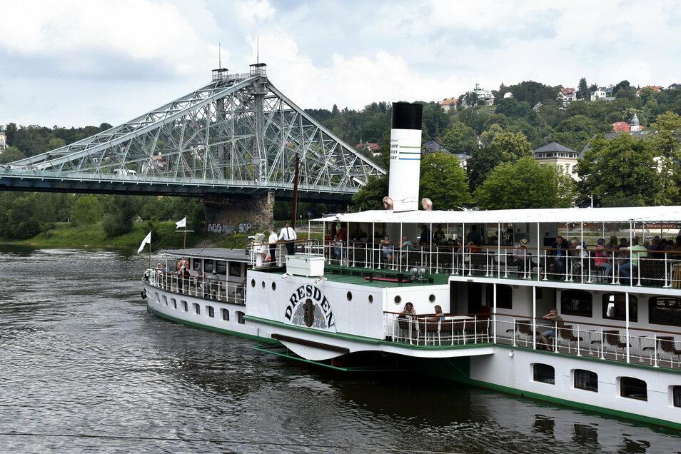 Mit einem Dampfer lässt es sich wunderschön die Elbe hinab fahren. Vorbei am Blauen Wunder (der Brücke auf dem Foto) und - wer will - sogar bis in die Sächsische Schweiz. Allerdings nur noch bis Oktober, danach werden die Schotten für den Winter dicht gem