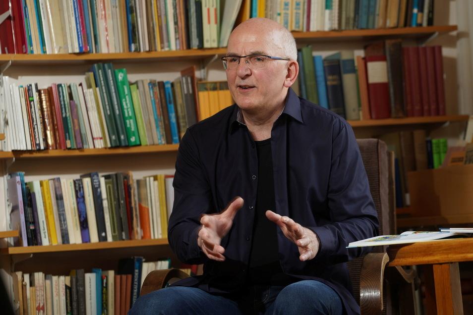 Jan Bilk, der Vorsitzende des Sorbischen Künstlerbundes, der seinen Sitz in Bautzen hat, hat ein neues digitale Projekt initiiert. Die Plattform bietet unter anderem virtuelle Lesungen.