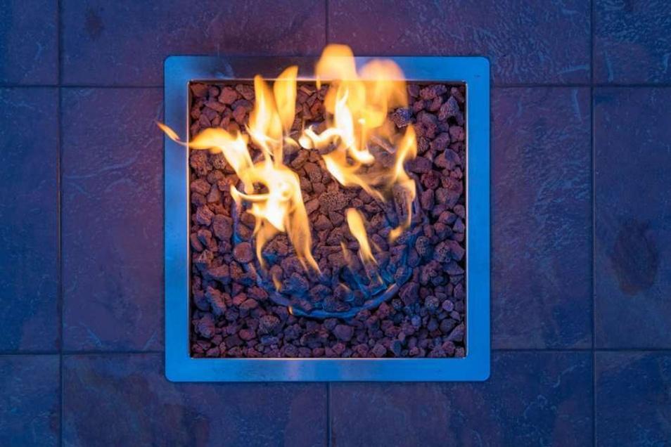 Ein Dekofeuer bringt eine besondere Atmosphäre in den Garten.