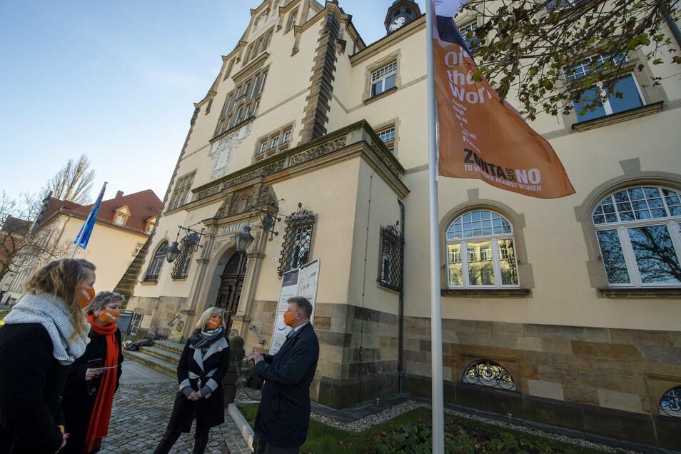 Eine orangefarbene Flagge weht bis Freitag vorm Rathaus.