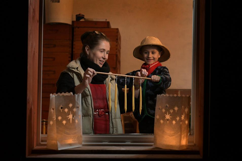 Bettina Schruth konnte Neugierigen bei der Premiere des lebendigen Adventskalenders 2019 in Leisnig zeigen, wie sie Kerzen zieht. Dazu hat sie sich auch in diesem Advent bereiterklärt - wenn die Corona-Regelungen das gestatten.