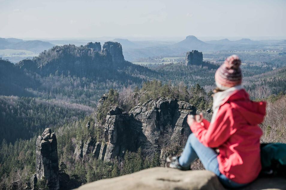 Tipp aus der Winterwanderkarte: Blick vom Carolafelsen bei einer Wanderung durch den Schmilkaer Kessel.