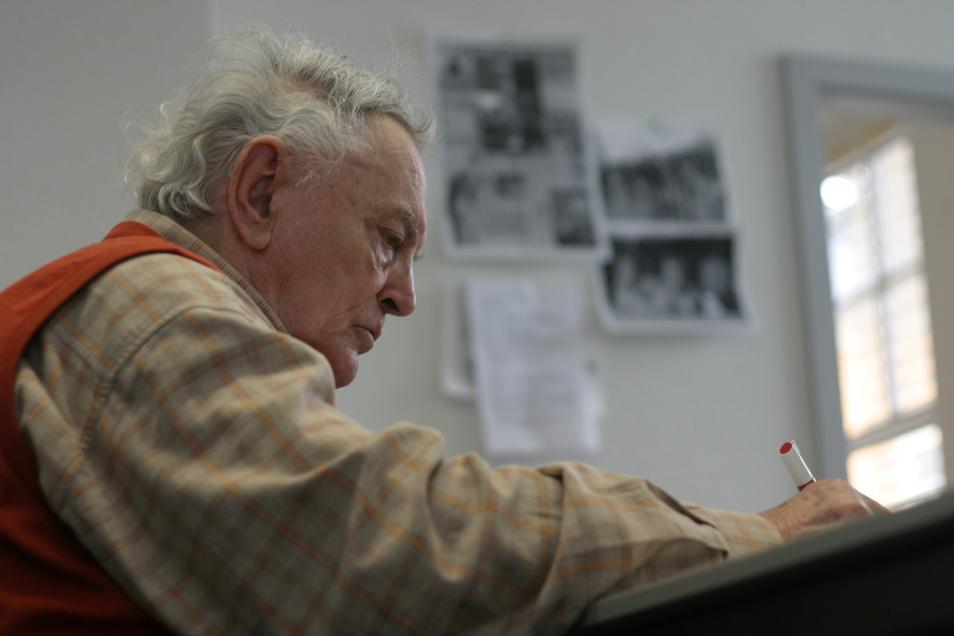 Mit Herzblut auch mit 93 Jahren dabei. Heinz Fiedler an seinem Schreibtisch bei der SZ in Freital.