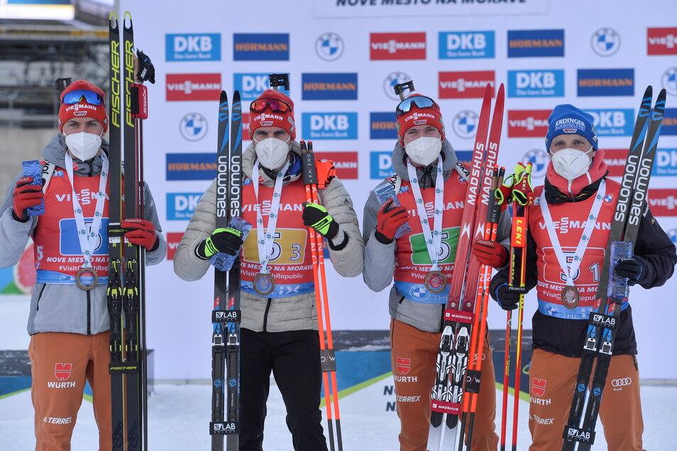 Die deutsche Biathlon-Männerstaffel Philipp Nawrath (l-r), Arnd Peiffer, Benedikt Doll und Erik Lesser feiern nach ihrem Sieg.