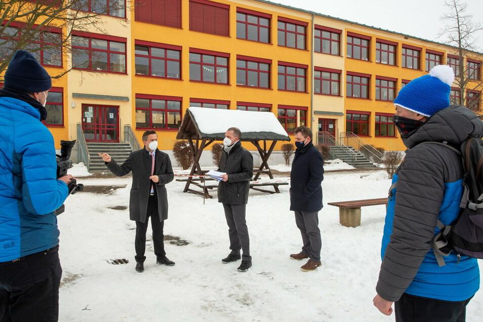 Brachte Fördermittel mit: Sachsens Wirtschaftsminister Martin Dulig (links), mit Landrat Ralf Hänsel (Mitte) und Coswigs Oberbürgermeister Thomas Schubert.