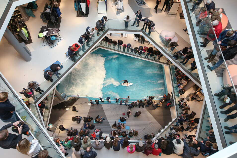 Im Osnabrücker Modehaus L&T lockt eine stehende Welle Surfer, Passanten – und Käufer.