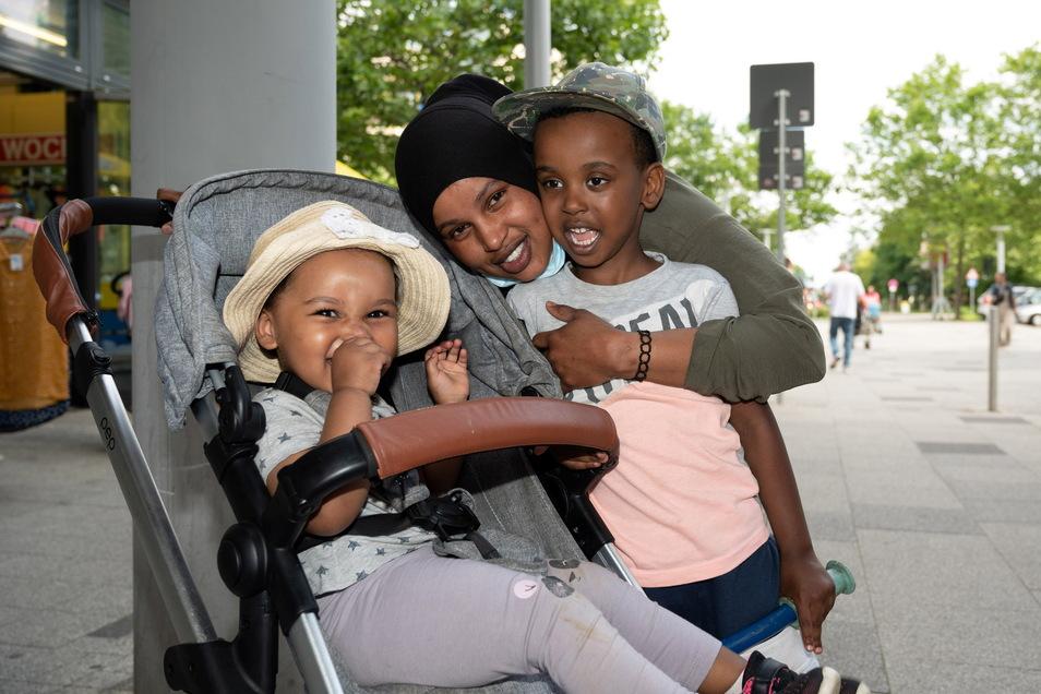 Mutter Falatien Mahad Said (24) mit Tochter Rama (1) und Sohn Mahad (4) am Prohlis-Center. Die junge Mutter aus Prohlis kriegt oft rassistische Sprüche zu hören.