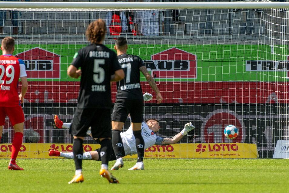 Heidenheims Torwart Kevin Müller streckt sich - und hat doch keine Abwehrchance. Der Schuss von Chris Löwe bringt den Ausgleich.