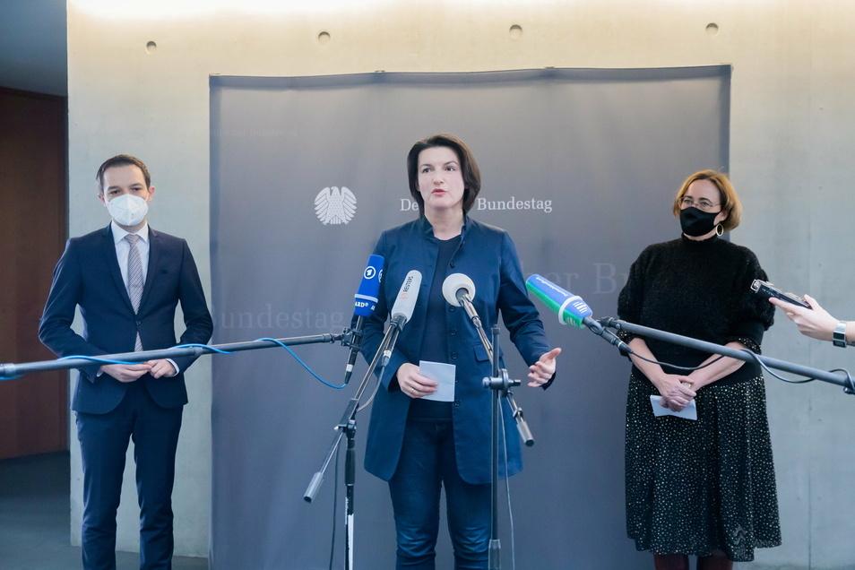 Irene Mihalic (Bündnis 90/Die Grünen, M), Benjamin Strasser (FDP), und Martina Renner (Die Linke) äußerten Bedauern über die Entscheidung des Gerichts.