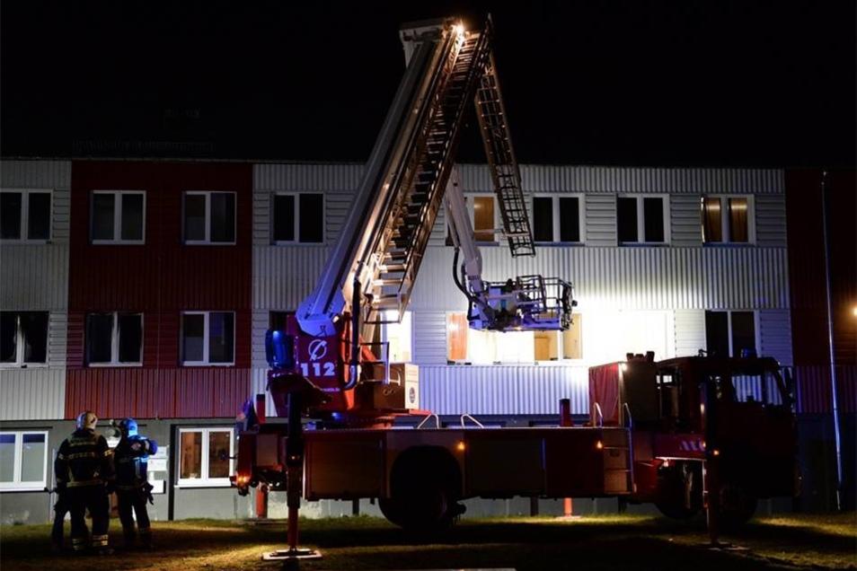 Brandursache und Schadenshöhe waren zunächst unklar, da die Ermittlungen der Polizei erst am Morgen beginnen sollten.