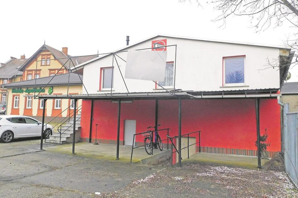 Hier, in dieser Altbau-Baracke, ist der SV Stahl Krauschwitz ansässig und Pächter. Bisher bemühte sich der Verein erfolglos um den Kauf der Immobilie.