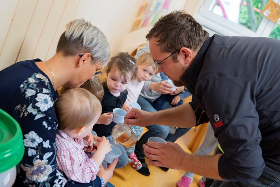 Bürgermeister Falk Hentschel presste mit den Kindern Saft. Belohnt werden sie mit einem gesunden Getränk.