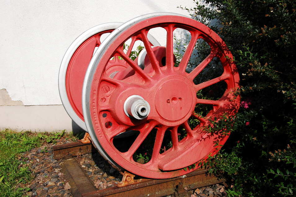 Kleine Modelle und ein großes Rad. Dieses Rad gehörte einst zu einer Dampflok und ist in Großkagen zu sehen.