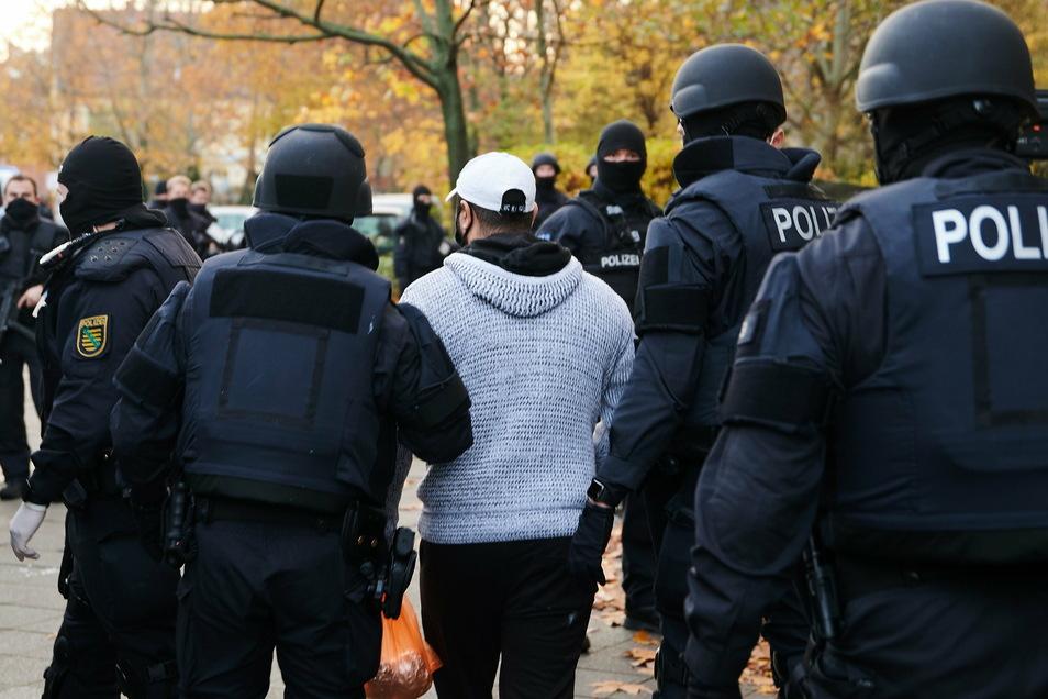 Teil einer spektakulären Polizeiaktion: Ein Verdächtiger im Fall um den Kunstdiebstahl im Grünen Gewölbe wird von Polizisten in Berlin abgeführt.