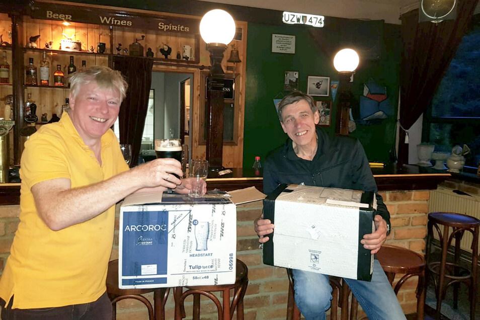 """So sieht echte Freude und Erleichterung aus: Es war eine kleine Odyssee, aber nun hat der Irish Pub """"Black Raven"""" wieder eine ausreichende Menge an Pint-Gläsern. Philip Campbell (links) konnte die Lieferung aus seiner irischen Heimat dieser Tage an P"""