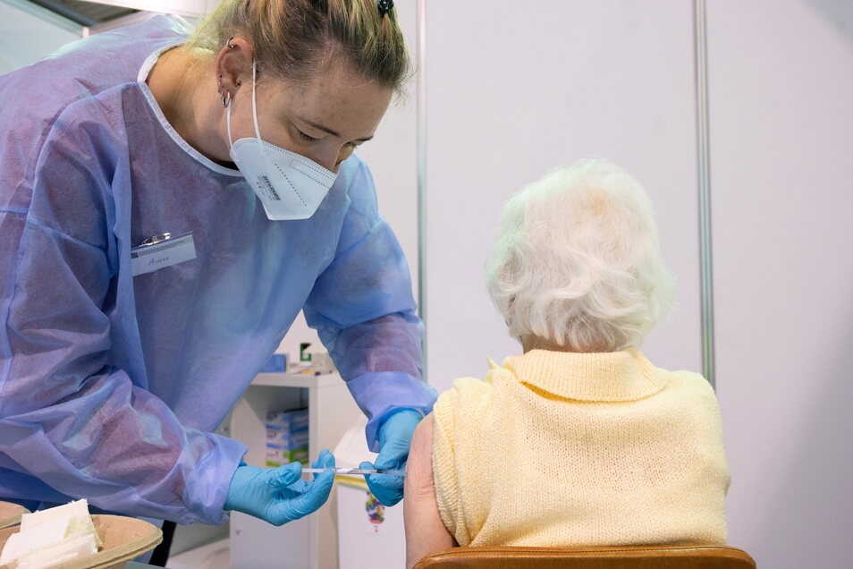 Ein halbes Jahr nach dem Impfstart für Senioren – hier im Dresdner Impfzentrum – könnte schon bald die dritte Impfung für ältere Menschen notwendig werden.