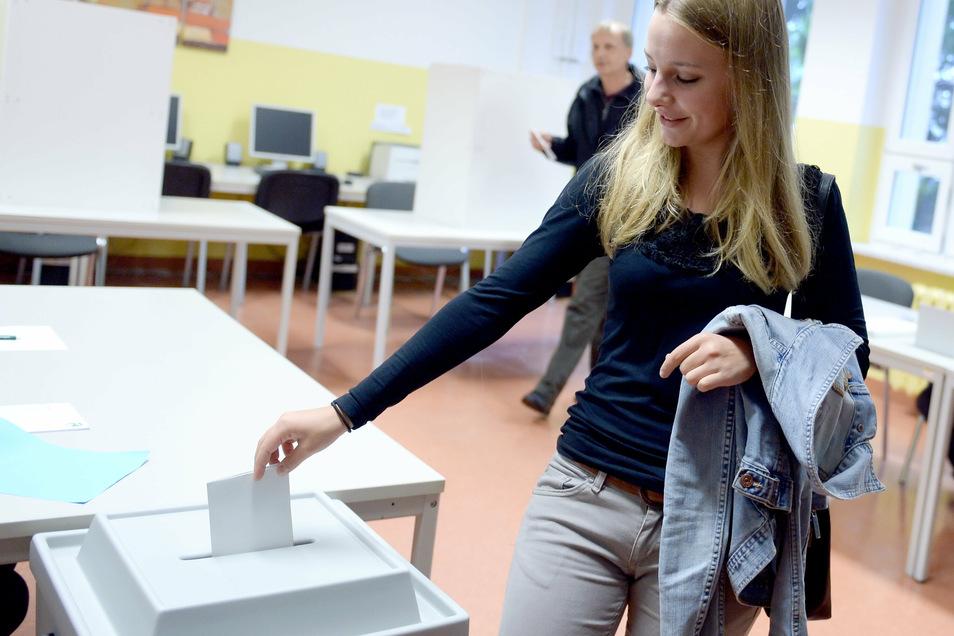 Sie durfte schon mit 17 Jahren abstimmen: Erstwählerin Nadja warf am 14. September 2014 in Falkensee (Brandenburg) ihren Stimmzettel in eine Wahlurne. In Brandenburg waren damals mehr als 2,1 Millionen Wahlberechtigte aufgerufen, einen neuen Landtag zu w