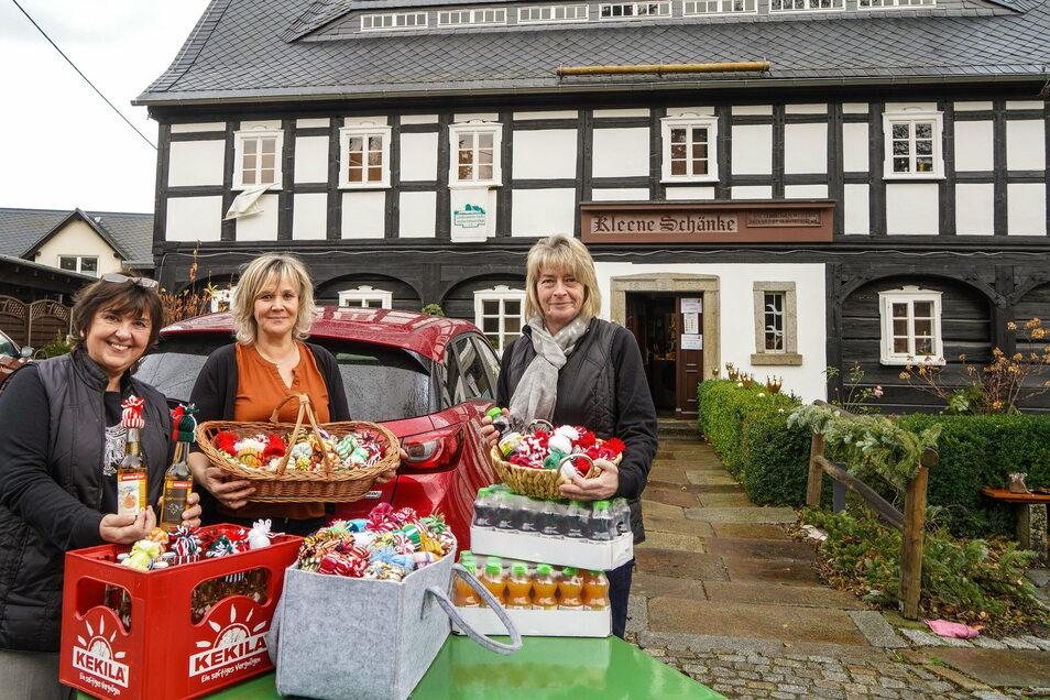 Kleine Getränkeflaschen mit bunten Mützchen haben Carola Arnold (l.) von der Kleenen Schänke in Cunewalde, ihre Mitarbeiterin Kerstin Böhm (r.) und Katrin Förster am Mittwochvormittag an fünf Pflegeheime in der Bautzener Gegend verteilt.