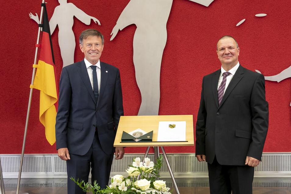 Roland Ermer (rechts) nahm die Sächsische Verfassungsmedaille aus den Händen von Landtagspräsident Matthias Rößler entgegen.