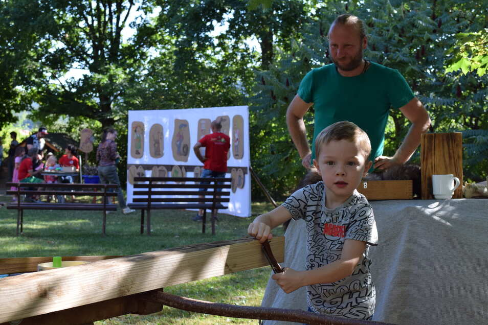 Artur beim Bogen bauen.