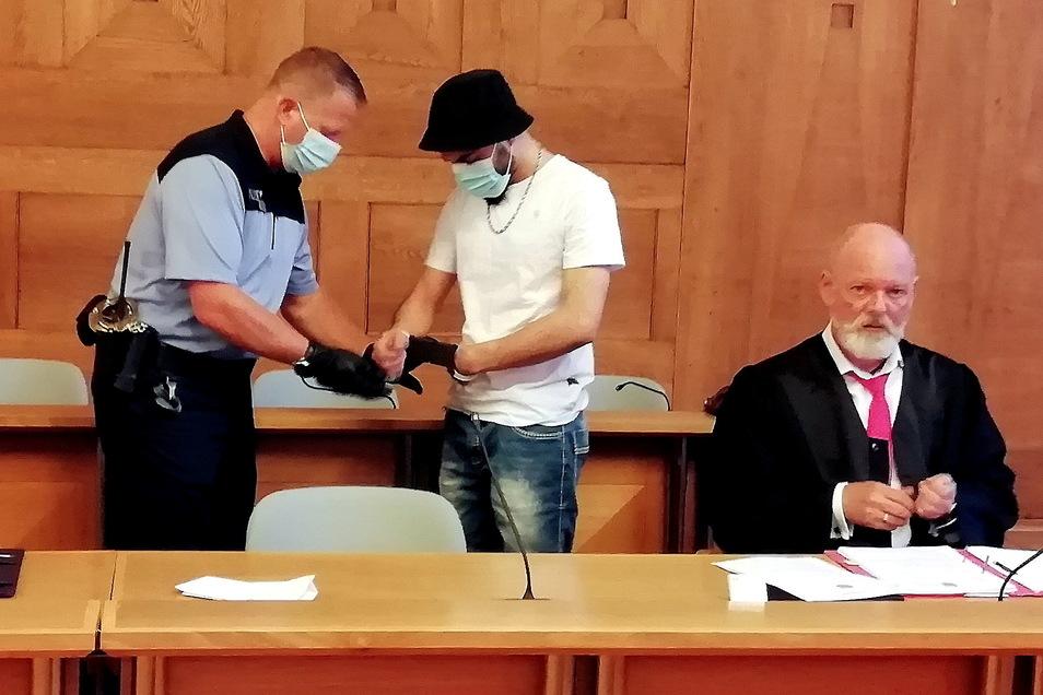 Alaa A. stand wegen Brandstiftung vor dem Berufungsgericht in Bautzen. Er wollte eine mildere Strafe erreichen. Verteidiger Arndt Holzhauser (r.) hatte eigentlich eine andere Strategie.