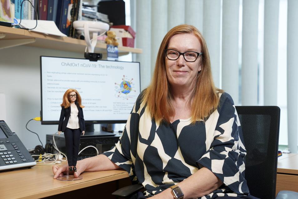 Professorin Dame Sarah Gilbert mit einer ihr nachempfundenen Barbie-Puppe.