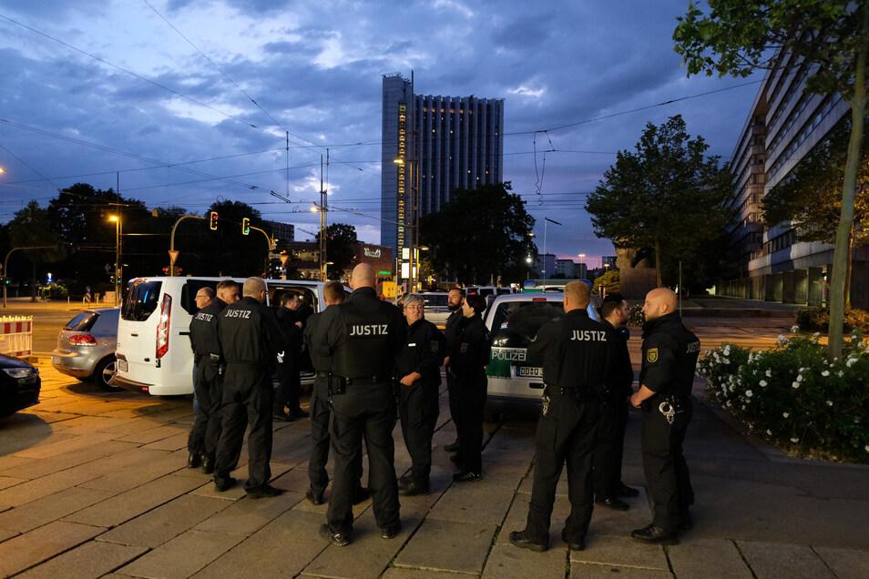 Polizisten am Mittwochabend in Chemnitz:Im Beisein des Angeklagten und unter Beobachtung zahlreicher Zuschauer verschafften sich die Prozessparteien einen Eindruck über die Sichtverhältnisse, wie sie am Tattag in der Innenstadt von Chemnitz geherrscht haben könnten.