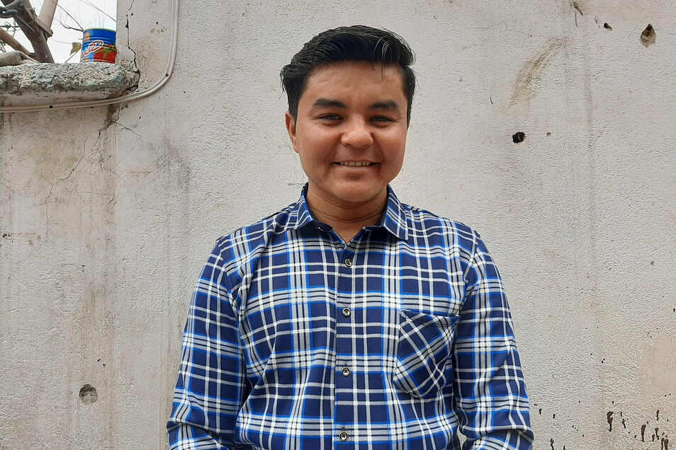 Sardar Dschafari steht im Hof einer kleinen Hilfsorganisation in Kabul, für die er gearbeitet hat. Der 23-Jährige wurde 2019 abgeschoben. Nun darf er wieder zurück nach Deutschland.