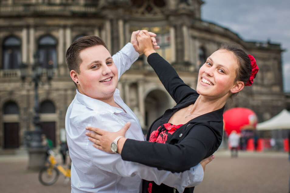 Voller Hoffnung auf ein wunderbares Elebnis: Alexandra Schneider und Florian Beier wollen als Debütanten den 16. Semperopernball eröffnen. Beide tanzen schon mehr als zehn Jahre in der Freitaler Tanzschule Richter, sind also fit fürs Casting.