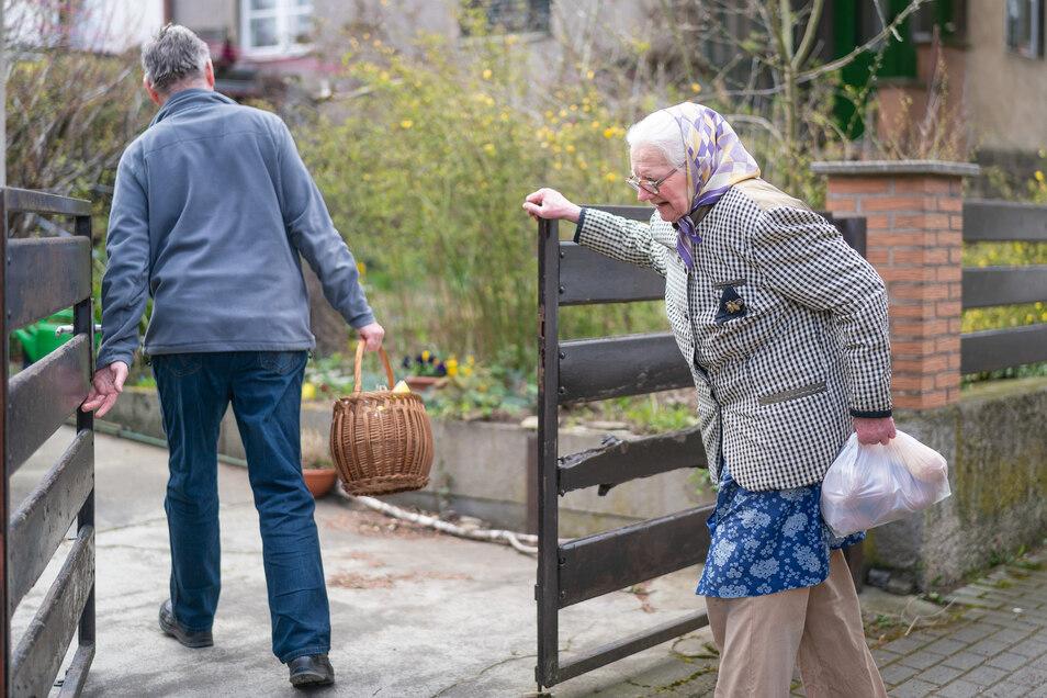 Magdalena Dießner ist nicht mehr gut zu Fuß. Volker Elmhorst trägt ihr den schweren Korb deshalb noch rein.