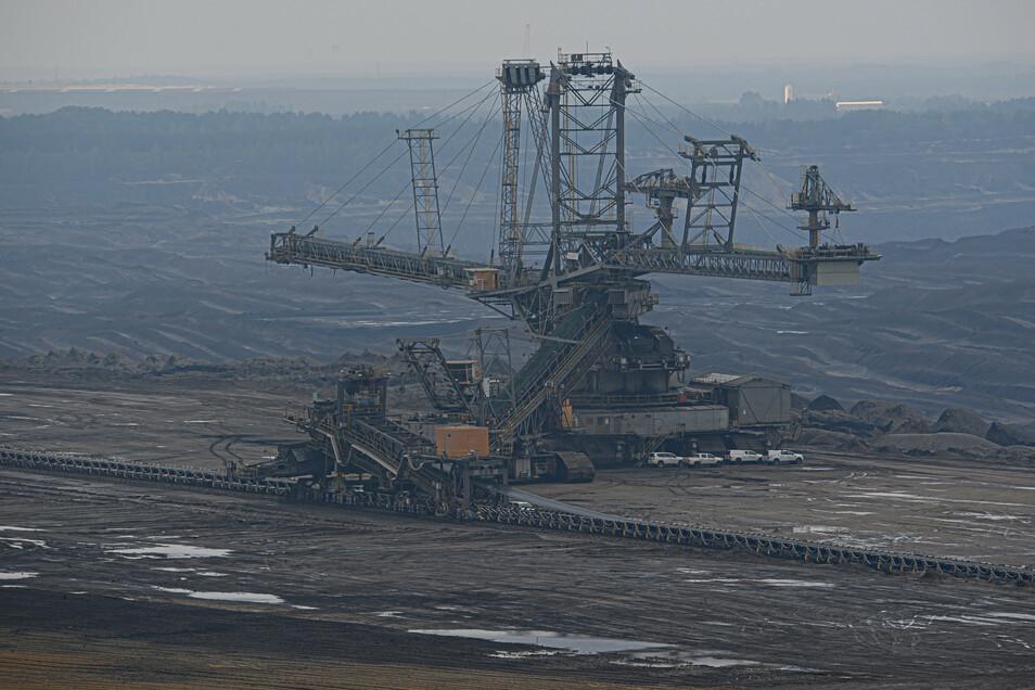 Ein Braunkohlebagger für die Förderung von Braunkohle steht im Tagebau Nochten. Doch was kommt nach der Kohle. Dafür gibt es jetzt ein Handlungsprogramm.
