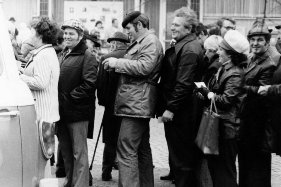 Früher: Schlange stehen in der DDR beim Verkauf von Südfrüchten. Heute werden von einigen gern Vergleiche zu den Corona-Schutzmaßnahmen gezogen.