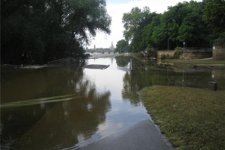 Die noch fast völlig überflutete Brücke über die Prießnitz.