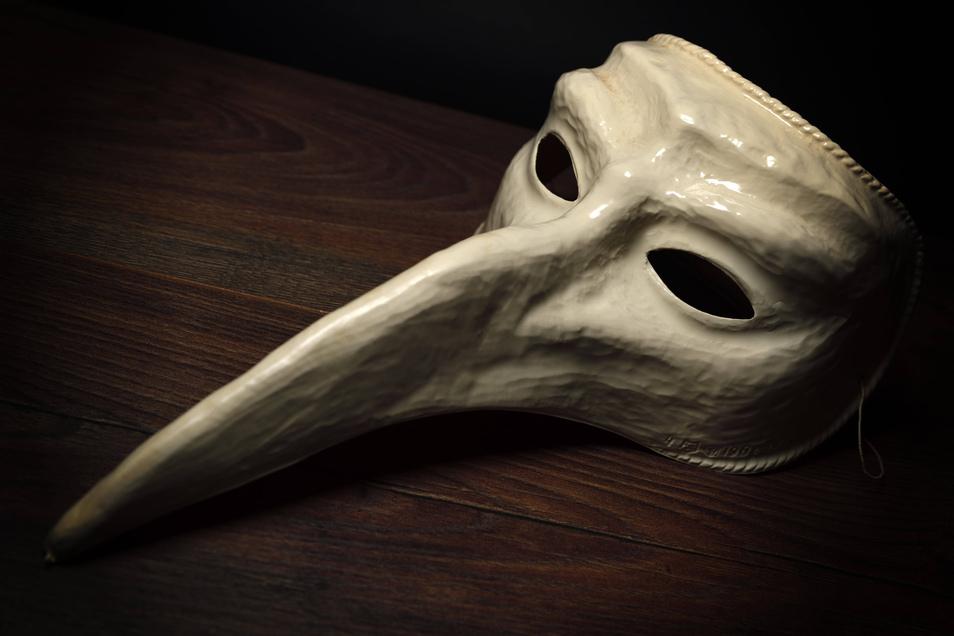 """Als im Mittelalter die Pest wütete, benutzten vor allem Heiler solche """"Schnabeldoktormasken""""."""