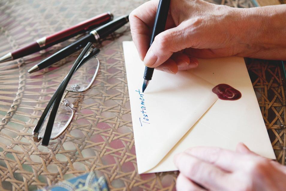 In einem Testament können klare Regeln getroffen werden. Wer es selbst erstellt, muss es handschriftlich verfassen und mit Datum sowie Unterschrift versehen.