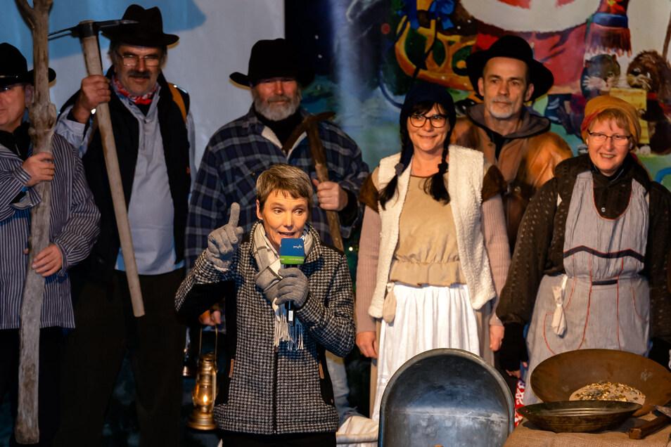 Neustadt in Sachsen hat im vergangenen Jahr seine Stadtwette gewonnen. Das Foto zeigt MDR-Moderatorin Ines Klein und männliche Stadträte als Goldgräber. In diesem Jahr sind Hygienerichtlinien einzuhalten.